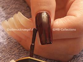 Nagellack in der Farbe dunkelrot