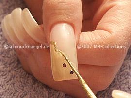 Spot-Swirl, Strasssteine in der Farbe dunkellila und Nailart Liner in der Farbe gold-glitter