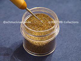 Spot-Swirl und Glitter-Pulver in gold