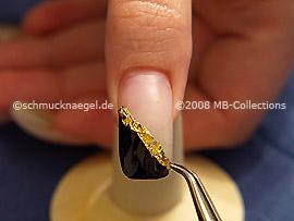 Esmalte transparente, pinzeta y un pedazo del papel de oro