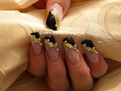 Motivo de uñas con papel de oro y perlas medias