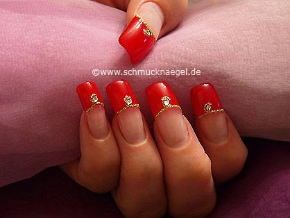 Decoración de uñas con esmalte y piedra strass
