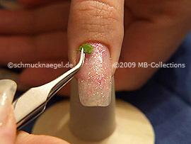 Esmalte transparente, pinzeta y hojas secas