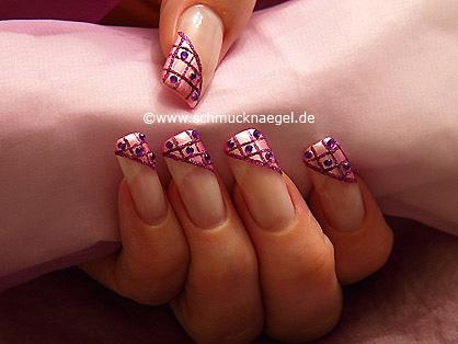 Uñas con esmalte en rosa y piedras strass