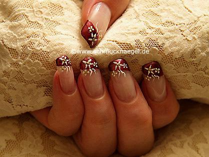 Manicura francesa con esmalte y nail art liner