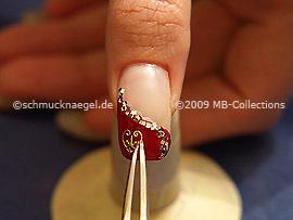 Pinzeta y nail-tattoo en oro