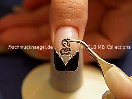 Nail tattoo con dragón y pinzeta