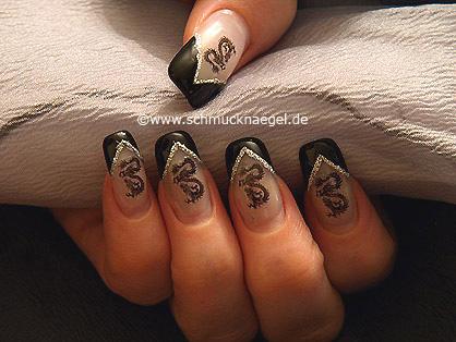 Nail-tattoo con dragón motivo para uñas