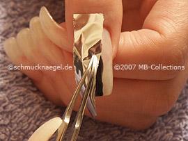 hoja metálica en plata y pinzeta