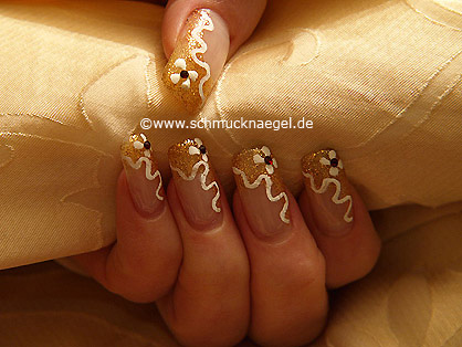Motivo de uñas en cobre-glitter y blanco