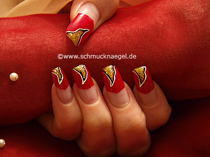Decoración de uñas con rojo y oro-glitter