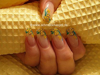 Narciso amarillo para pascua motivo de uñas