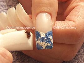 esponja pequeña con la pintura acrílica en maron