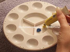 paleta y pintura acrílica en azul, amarillo y blanco