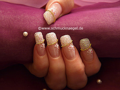 Fingernail design with nail art necklace