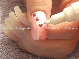 Nail art pen in the colours lavender and white